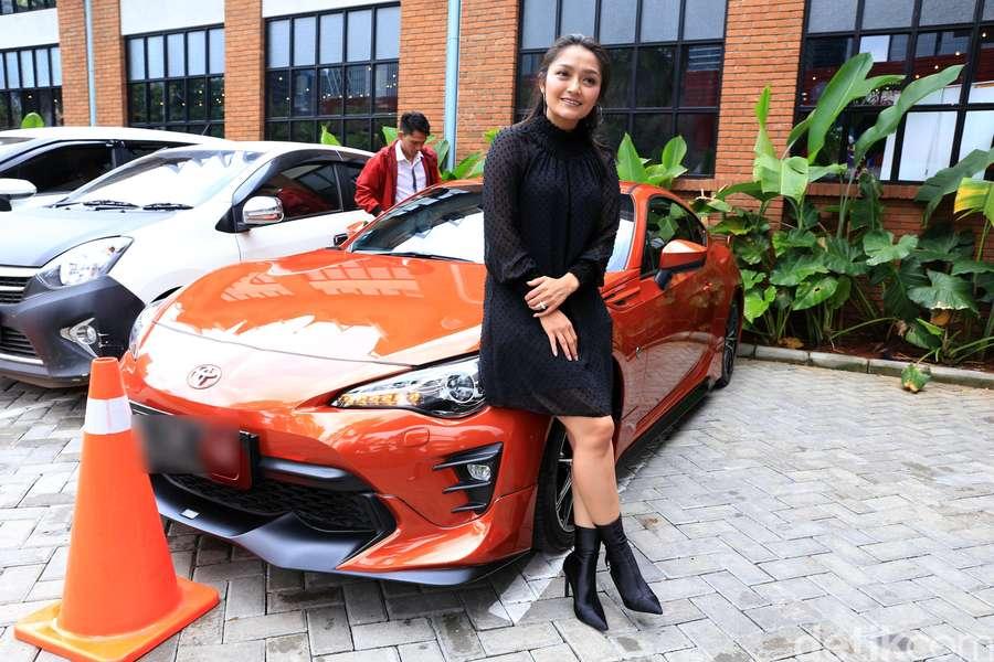 Kala Siti Badriah Berpose di Depan Sedan Mewah Miliknya