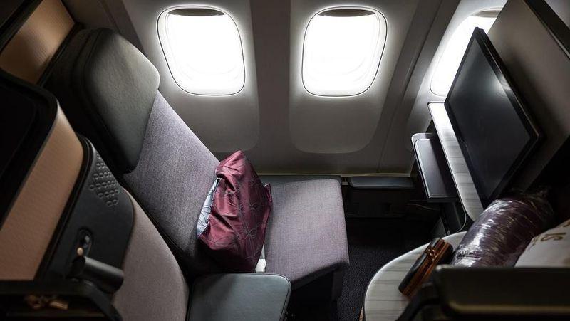 Maskapai Qatar Airways memiliki first class dengan dominasi interior berwarna ungu. Menu makanan disajikan sesuai permintaan traveler, dengan fasilitas elegan (Instagram/qatarairways)