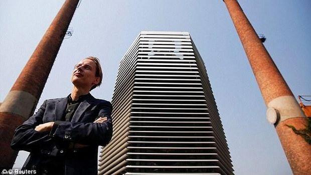 Daan Roosegaarde dan pembersih udara rancangannya (Reuters)