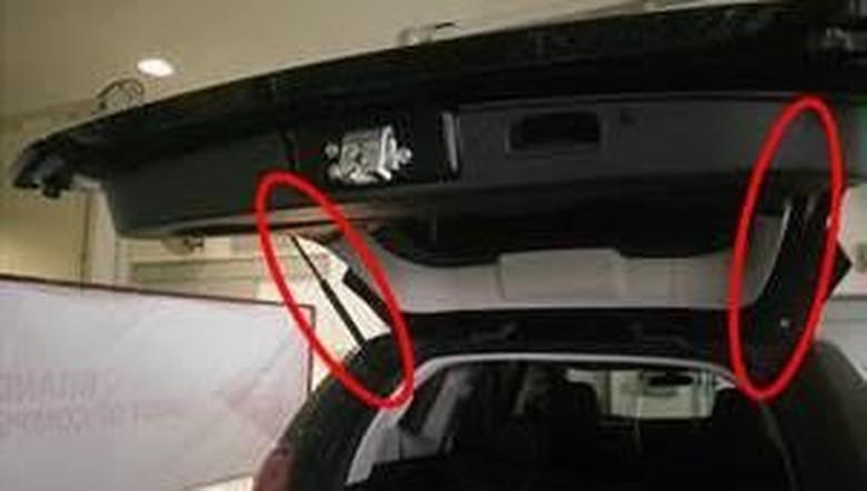 Pegas pintu bagasi yang berpotensi rusak karena karat. Foto: Mitsubishi