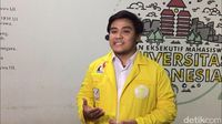 Ketua BEM UI Muhammad Zaadit Taqwa yang mengacungkan 'kartu kuning' memberikan keterangan kepada media.