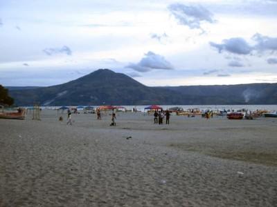 Uniknya Indonesia, Ada Pantai di Tepi Danau Toba