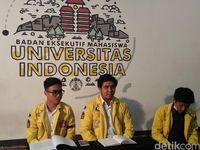 Ketua BEM UI 2018 Zaadit Taqwa menggelar jumpa pers soal 'kartu kuning' ke Jokowi