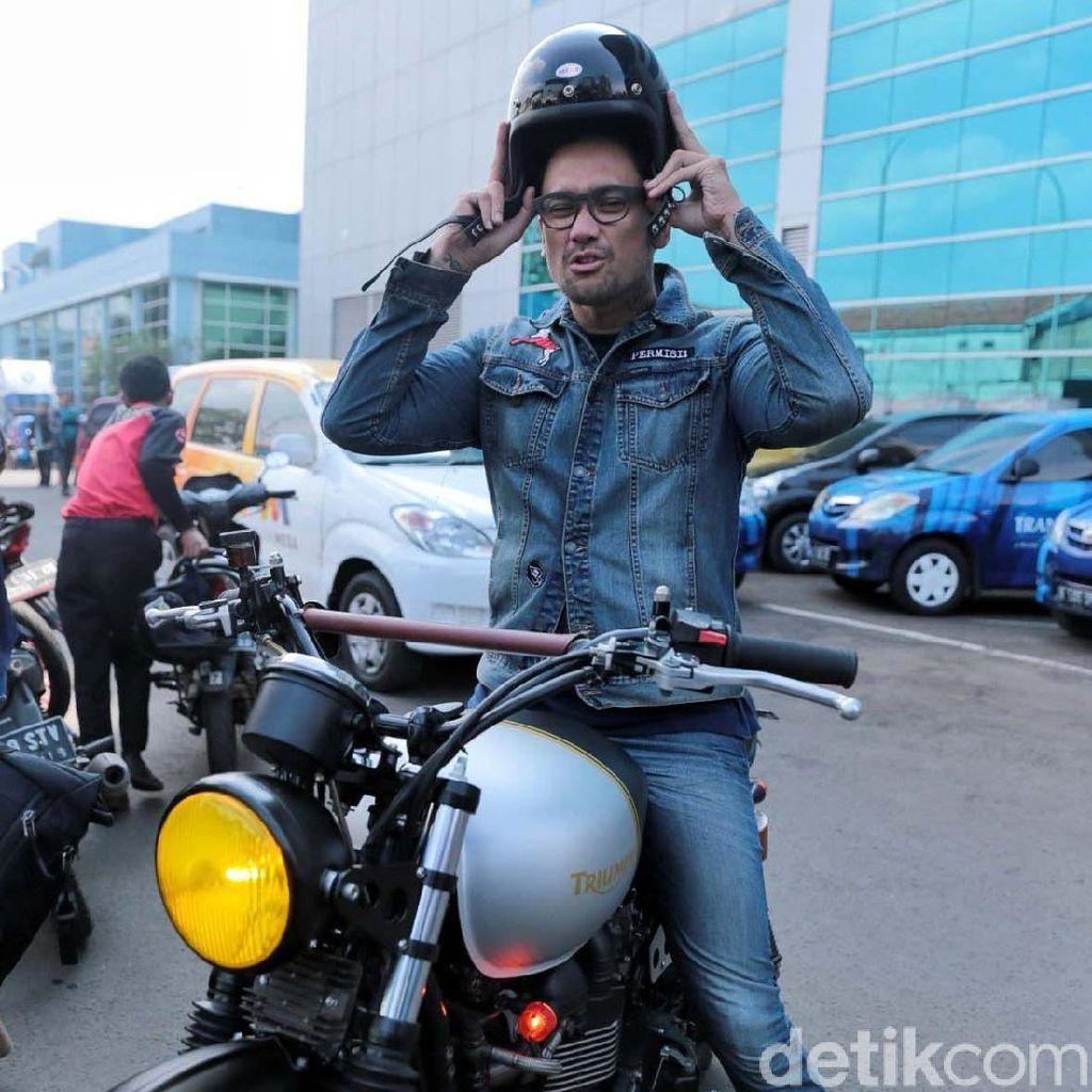Sibuk Syuting, Tora Sudiro Ajak Anak Liburan dengan Bersepeda