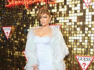 Wow Banget, Jennifer Lopez Pakai Anting Seharga Rumah ke Red Carpet