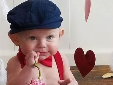 Di usia 3 bulan, Connor (8 bulan) menjalani operasi pertamanya. Lucu banget sih kamu, Nak. (Foto: Facebook Alicia Blalock via Today).