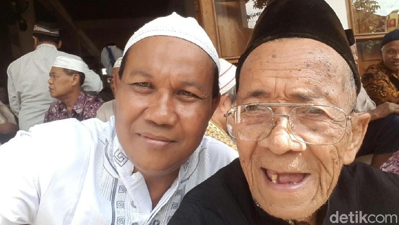 Mbah Sarman, Berusia Seabad dan Masih Rajin Ngaji di Ponpes Gus Mus