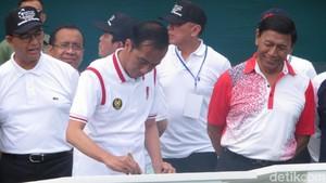 Gaya Jokowi Berkaus Polo Saat Resmikan Lapangan Tenis Senayan