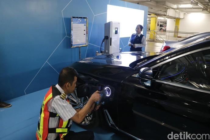 Merasakan Fasilitas Pengisian Baterai Mobil Listrik di Thailand