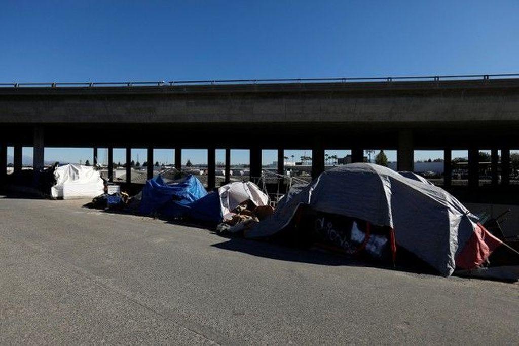 Sebuah tenda gelandangan tampak berada di jalur trotoar di kota San Francisco. San Francisco adalah pusat perusahaan teknologi tinggi Amerika Serikat yang biasa disebut Silicon Valley. Foto: Reuters