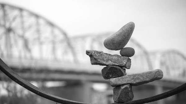 Bikin Tenang, Rock Balancing Disebut Punya Manfaat Mirip Yoga