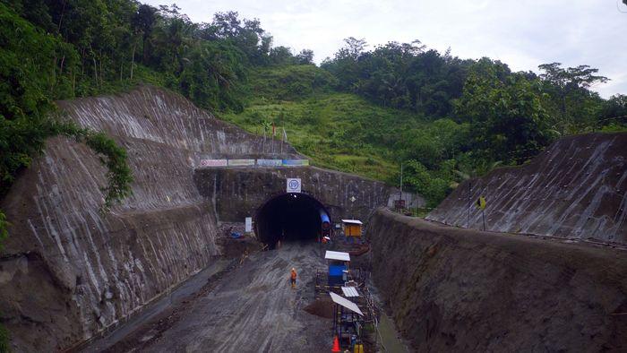 Terowongan Notog akan menghubungkan jalur doublé track kereta api antara Purwokerto-Kroya. Area outlet tunnel, berada pada Grumbul Gandulekor Desa Notog Kec Patikraja Kab Banyumas, merupakan arah sisi keluar tunnel. Posisi outlet berada pada KM 359+628. Dok. PT PP (Persero)