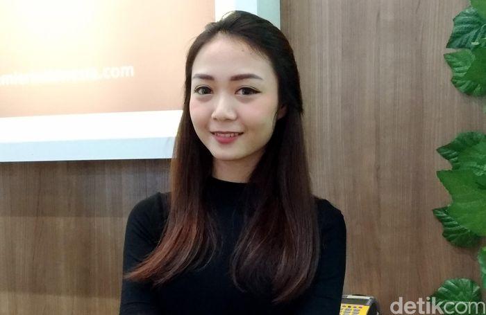 Yola, asal Jakarta Pusat telah menggeluti profesi SPG sejak kelas 3 SMP atau pada 2013. Kini ia jadi SPG untuk Premier Estate 2.