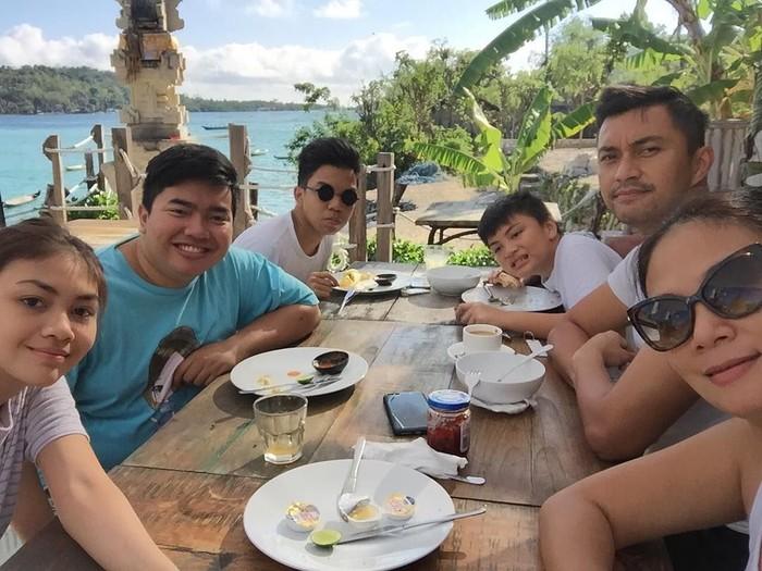 Ini dia keluarga Anjasmara dan Dian Nitami saat sedang sarapan di Bali. Foto: Instagram
