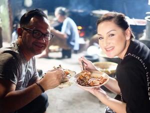 7 Foto Ini Bukti Kalau Artis Suka Makan Tradisional