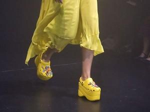 Belum Resmi Dirilis, Sepatu Balenciaga Model Crocs Rp 11 Juta Habis Terjual