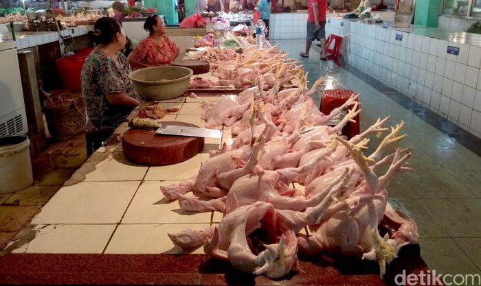 Suasana pedagang ayam potong di Pasar Jaya Cibubur, Jakarta Timur, Minggu (4/2/2018).