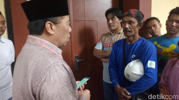 Sekjen Kemenhub menemui keluarga korban meninggal dunia akibat jatuhnya launcher girder crane di RS Polri, Minggu (4/2/2018).