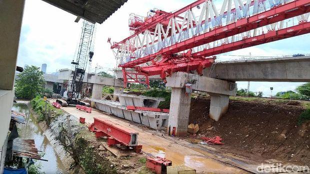 Launcher girder crane proyek double-double track KA di Jatinegara, jatuh, Minggu (4/2/2018)