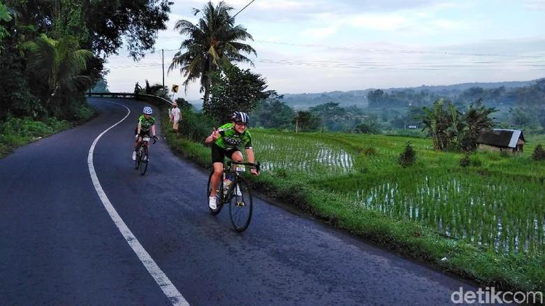 Ratusan peserta marathon sepeda Grand Fondo New York dimanjakan dengan pemandangan alam yang khas di Bali.