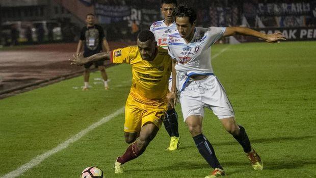 Bali United vs Sriwijaya FC berakhir imbang tanpa gol di babak pertama.