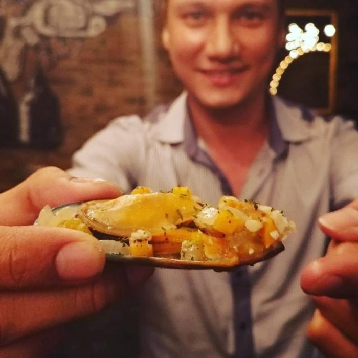 Christian Sugiono atau akrab disapa Tian sedang pamer kerang sebagai sajian pembuka nih. Kelihatan enak ya? Foto: Instagram @csugiono