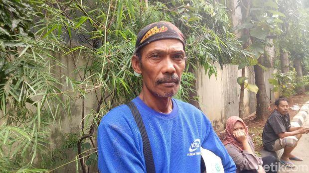 Pihak keluarga Jana Sutisna (44) korban meninggal dunia akibat launcher girder crane jatuh di Jatinegara,