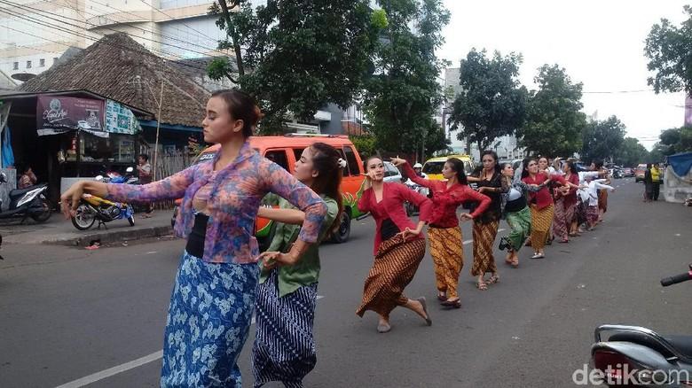 Bulan Cinta Inggit Garnasih, 17 Perempuan Bandung Menari di Jalan