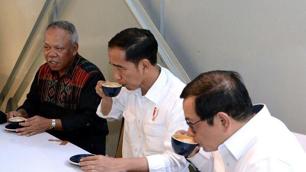 Heboh Video Goreng Ayam dengan Kertas Nasi hingga Gaya Makan Presiden Jokowi
