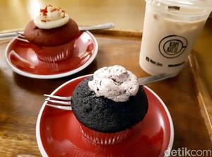 Kopi Kecil: Santai Sore Ditemani Es Kopi Susu dan <i>Chocolate Fudge Cupcake</i>