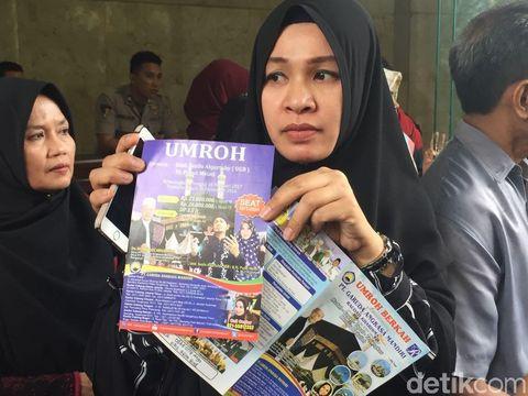 Jemaah umrah korban PT GAM menunjukkan brosur promo yang di dalamnya terdapat foto Ustaz Guntur Bumi dan Puput Melati
