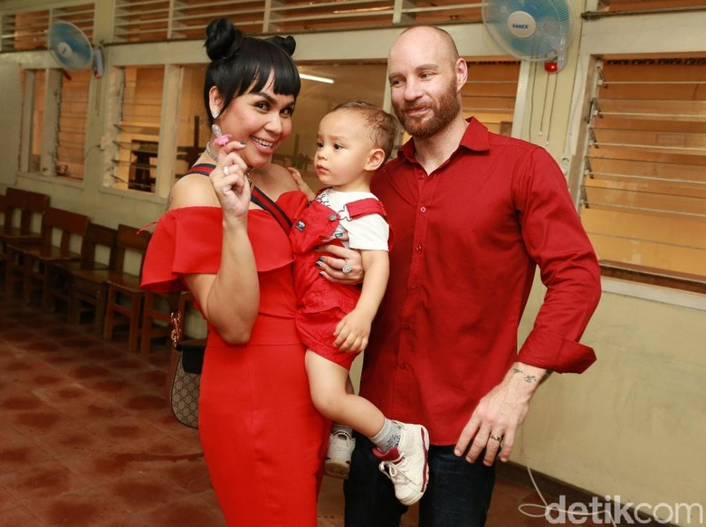 Foto: Melaney Ricardo, Tyson Lynch, dan anak (Palevi S/detikHOT)