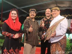 Gus Ipul dan Puti Nonton Wayang Kulit Bersama Ribuan Warga Ponorogo