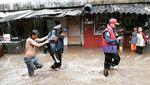 Aksi Sigap Petugas Damkar Evakuasi Wanita Stroke dari Lokasi Banjir