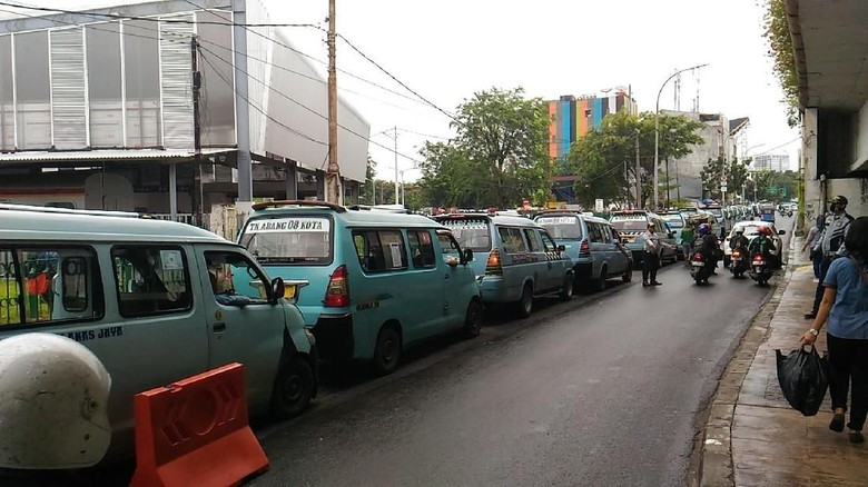 Angkot Tanah Abang Tertib Ngetem di Jalan Jatibaru Bengkel