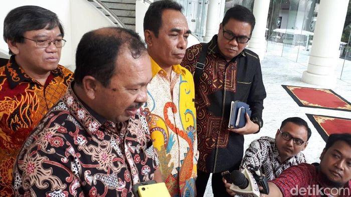 Foto: Dirjen Penguatan Inovasi Kemenristekdikti Jumain Appe (kiri). Rektor Universitas Pattimura Martinus Johanes Saptenno (kanan)/ Foto: Noval detikFinance