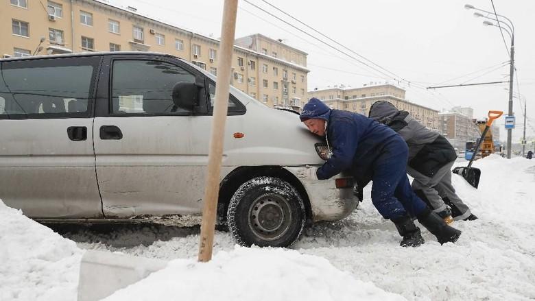 Foto: Kerja Keras Bersihkan Salju Tebal di Jantung Kota Moskow