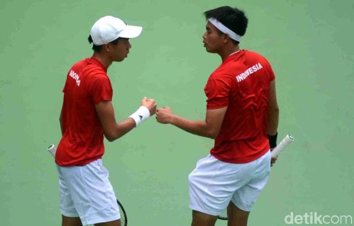Indonesia menyambut hari kedua gelaran tenis putra di Center Court Kompleks Tenis kawasan Gelora Bung Karno (GBK), Senayan, Minggu (4/2/2018) dengan hasil imbang 1-1.