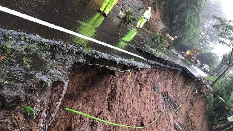 Bahu Jalan di Puncak Ambrol, Tanah Longsor 15 Meter ke Jurang