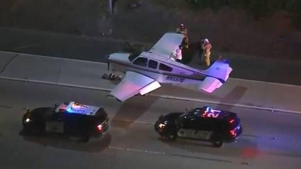 Ajaib! Pesawat di Amerika Mendarat Darurat di Jalan Raya