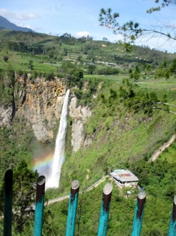 Tak hanya air terjunnya yang cantik, selama perjalanan menuju lokasi air terjun kamu akan dibuat kagum oleh landcap Tanah Karo ini. Rudi Chandra/dTraveler)