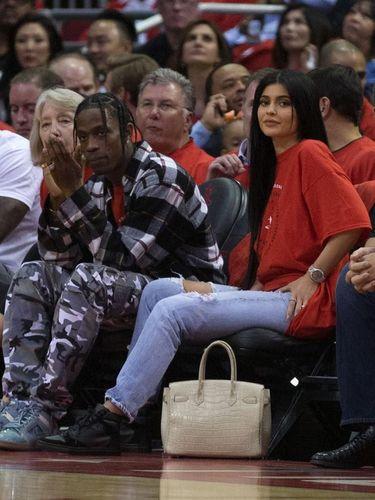 Travis Scott dan Kylie Jenner saat menyaksikan pertandingan NBA.