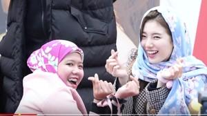 Suzy Dipakaikan Kerudung sama Penggemar Indonesia, Cantik Banget!