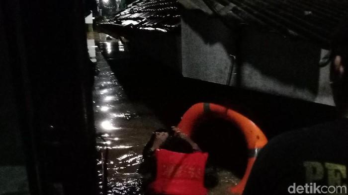 Kondisi permukiman di Rawajati, Jaksel, yang terendam banjir, Senin (5/2/2018) malam