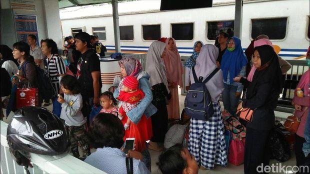 Penumpang kereta di Stasiun Cicurug dialihkan ke angkot karena ada longsoran di jalur KA Sukabumi-Bogor