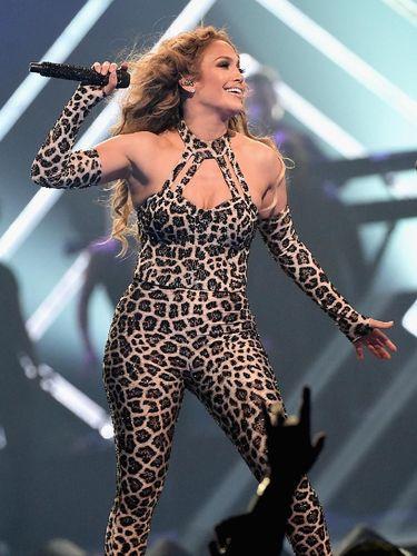 Jennifer Lopez saat beraksi di panggung.