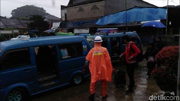 Angkot disediakan untuk mengangkut penumpang KA di Stasiun Cicurug