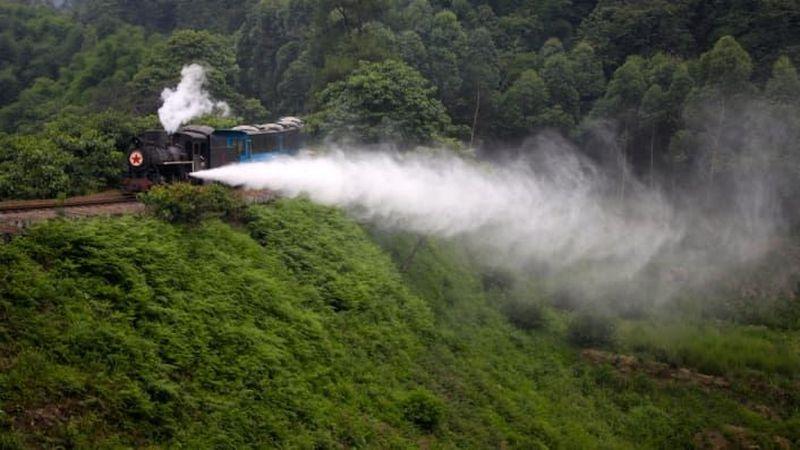 Inilah Kereta Uap Jiayang namanya. Letaknya ada di Provinsi Sichuan yang masih terus beroperasi tanpa henti sejak tahun 1959 (CNN Travel)