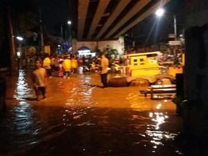 Potret Warga yang Kebanjiran di Bawah Flyover Rawajati