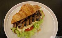 Croissant gurih dengan paduan jamur dan scrambled egg.